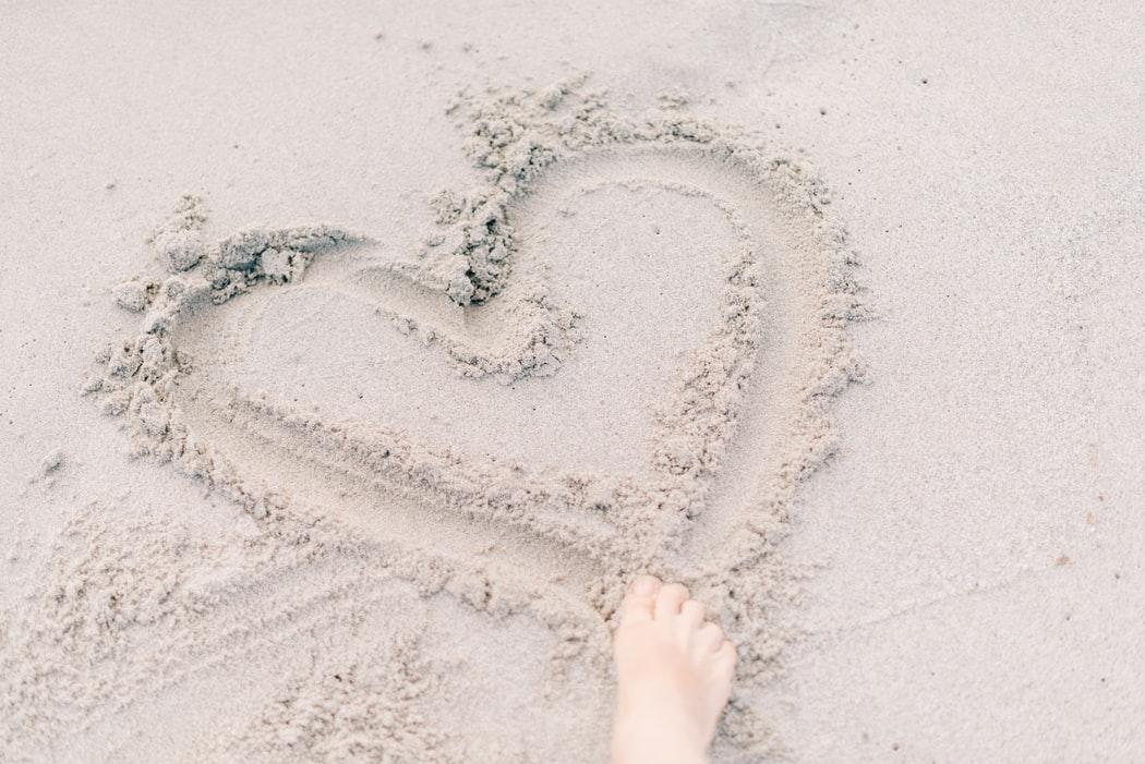 coeur dans le sable